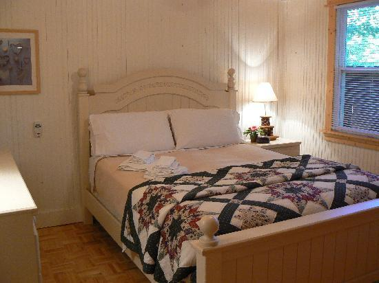Maple Ridge Cottages: One of Two Queen Bedrooms