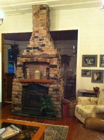 Waipoua Lodge: Lodge Fireplace