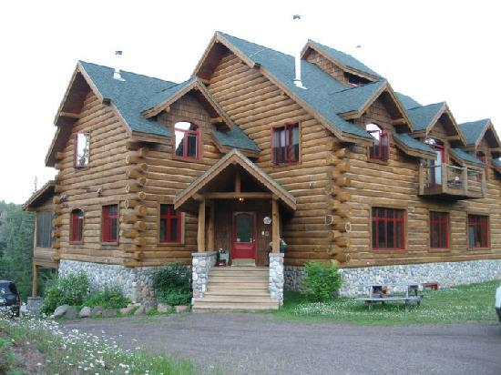 ‪‪Baptism River Inn Bed and Breakfast‬: Impressive log home with a cozy feel‬