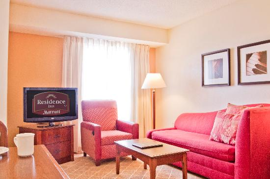 Residence Inn Charlotte Piper Glen: Suite Living Room Area