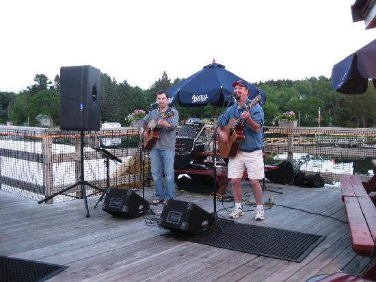 Thompson Cottages: Excellent live music at Robinson's Wharf