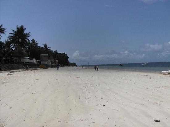 Kahama Hotel: Bamburi beach behind the Kahama