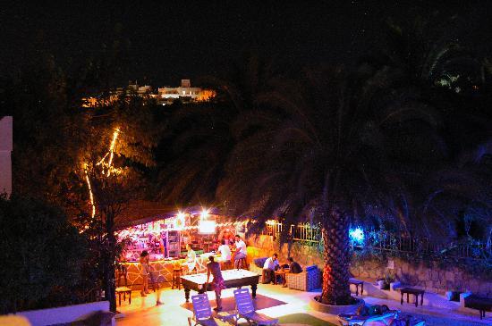 Ugur Hotel: Bar at night