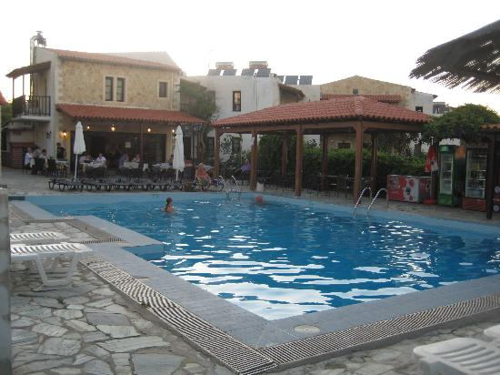 Ledra Maleme: lovely clean pool and sun area.