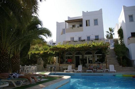 Ugur Hotel: hotel looking from pool bar
