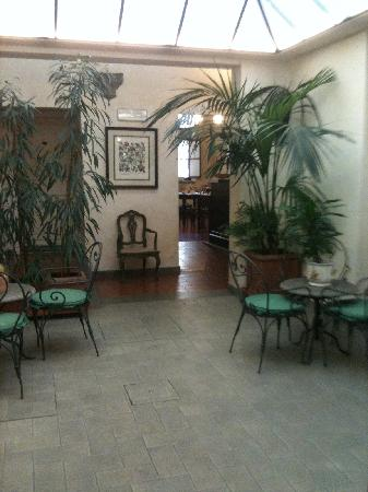 Hotel Benivieni: The view from the Lobby to the Breakfast area. Again a very warm feeling