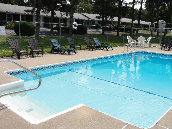The Chatham Motel: Pool Area