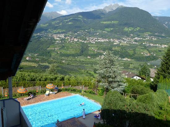Tirol, Italia: La piscina col bellissimo panorama