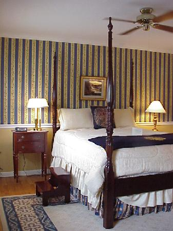 Gatehouse Bed and Breakfast: Academy Room – The ambiance of Annapolis is captured in this elegant room overlooking the Office