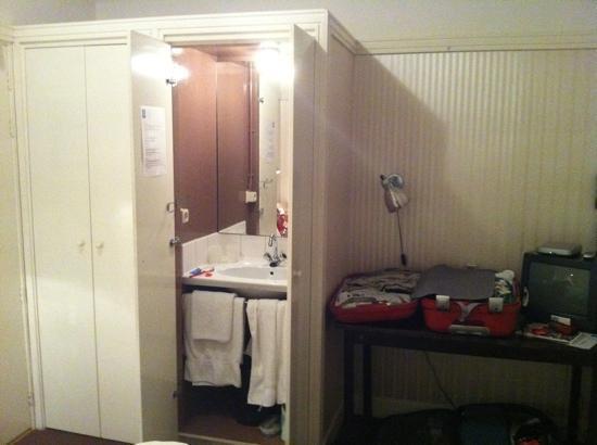 Hotel de Utrechtsche Dom: lavabo en el armario