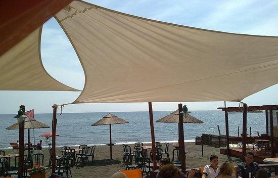 Ladispoli, Italie : foto fatta dal tavolo all'interno, con cellulare