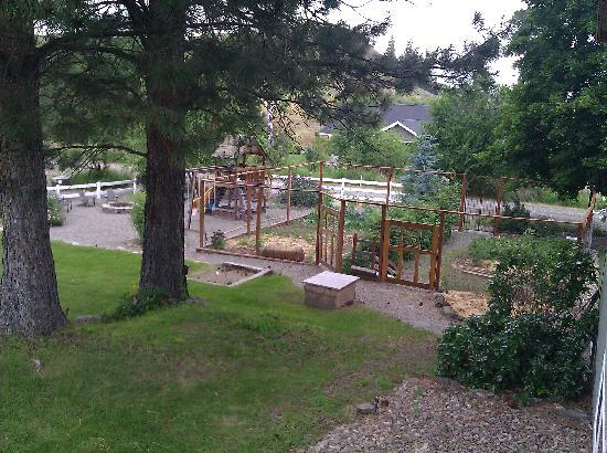 Methow Suites Bed and Breakfast: Park area and garden