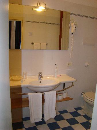 Riviera Hotel: Bathroom