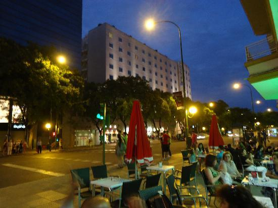 Novotel Sevilla: Calle Eduardo Dato frente hotel