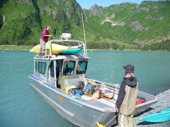 Bear Glacier : loading our gear with Captain Louis Garding