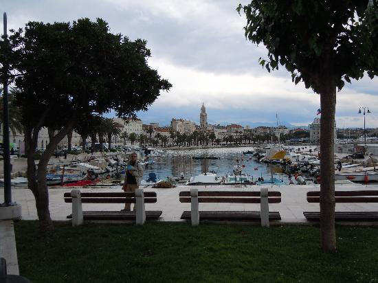 Marmontova Luxury Rooms: A lovely view of the Split's harbour on a rainy afternoon