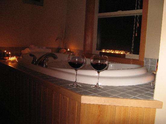 Reef Point Oceanfront B&B: Romantic Tub