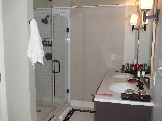 The Oliver Hotel: Bathroom of King Suite 202