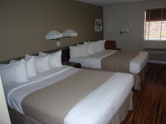 Hotel & Suites Le Dauphin Quebec : Bedroom
