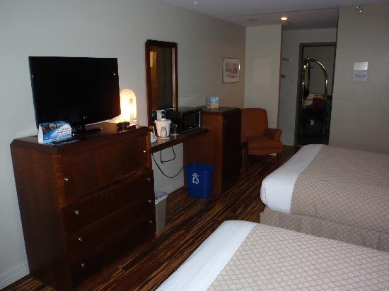 Hotel & Suites Le Dauphin Quebec : Room