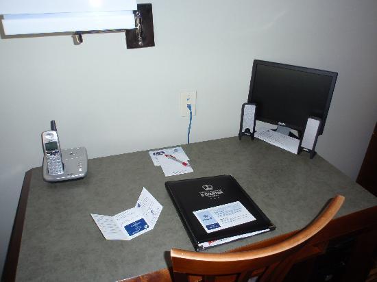 Hotel & Suites Le Dauphin Quebec : Work area/computer