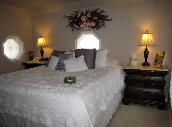 Toad Hall Manor Bed and Breakfast: Top floor guest room 1