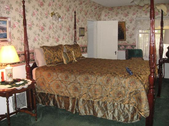 Old Yacht Club Inn Vacation Rentals: Large and comfortable bed