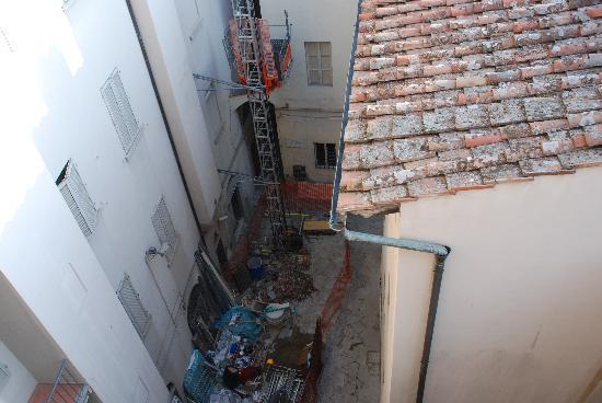 Hotel Brunelleschi: Construction debris outside our window