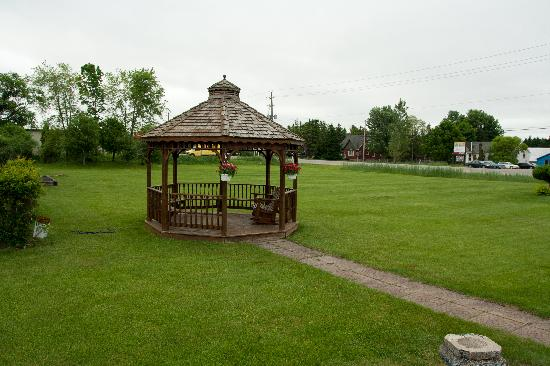 Majer's Motel: Gazebo on a large well kept lawn