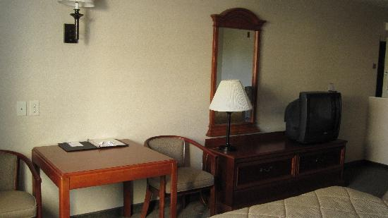 Comfort Inn & Suites: Dresser, TV and Desk