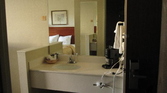 Comfort Inn & Suites: Vanity, Coffee Maker, etc.
