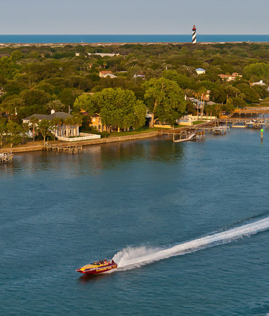 El Conquistador Speedboat Thrill Ride & Tour: El Conquistador passing the St. Augustine Lighthouse.