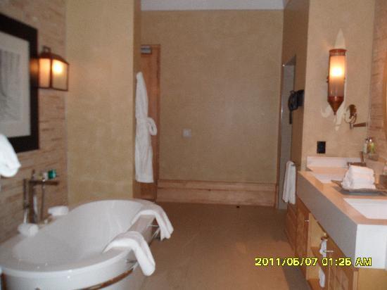 Saxon Hotel, Villas and Spa : tub