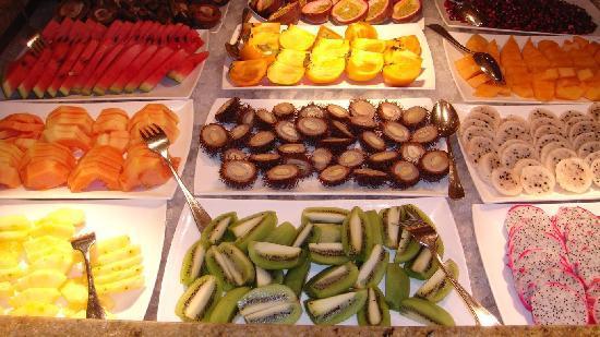 Luxury DolceVita Resort Preidlhof: teil des frühstücksbuffets (asiatische Früchte)