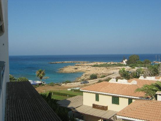 Cavo Maris Beach Hotel : side view to sea