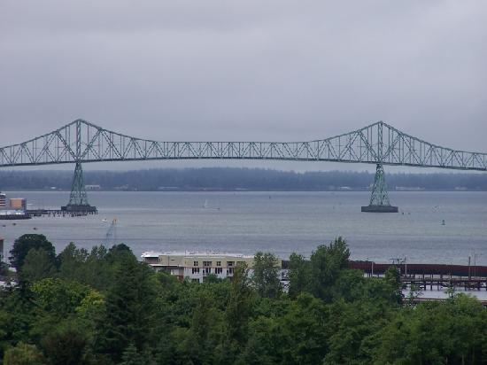 Astoria Crest Motel: Another view of the giant trussel bridge.