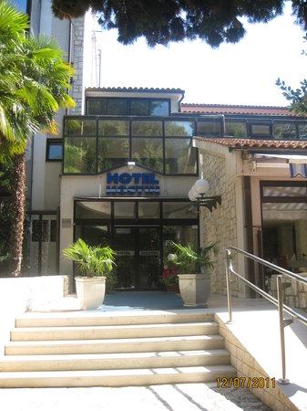 Hostin Hotel: Hotel Entrance
