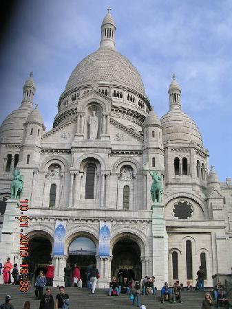 Hotel Bellevue Paris Montmartre: Sacre Coeur high on the hill