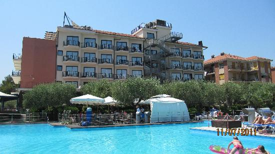 Grand Hotel Diana Majestic : Pools im Hintergrund das Hotel
