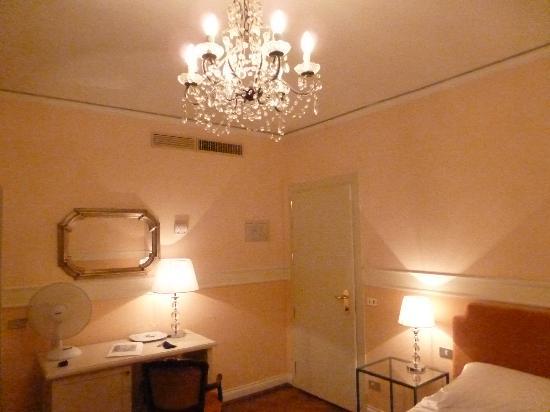 Chambre avec joli lustre picture of villa carlotta hotel for Chambre hotel florence