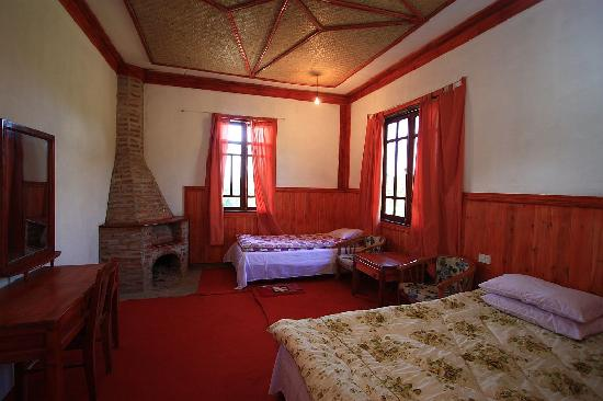Cao Son Ecolodge: My room..kinda bigger than expected..The single bed I slept on is the one at the end of the room