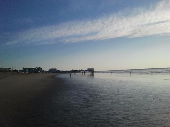 Ocean House and Motel : Plage avec le Pier