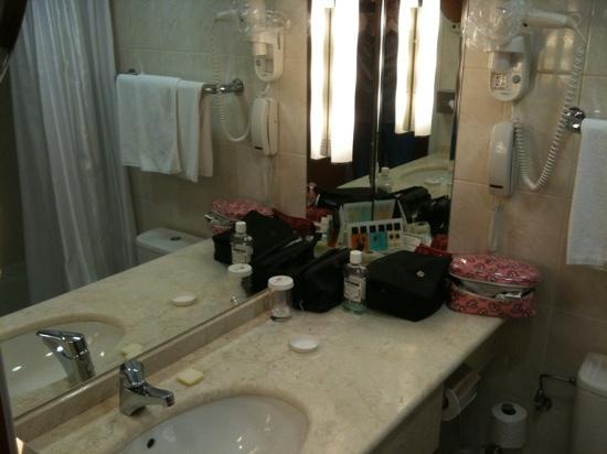 Minsk Hotel: bathroom