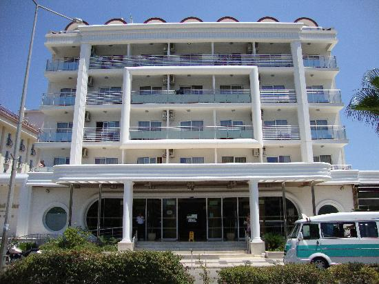 SunConnect Grand Ideal Premium : The front of the hotel from the main road.