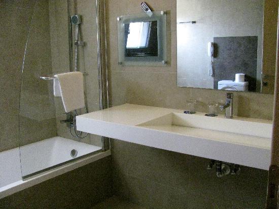 Corfu Mare Boutique Hotel: modern bathroom