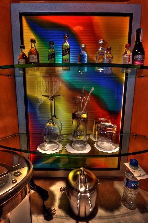 Makati Shangri-La Manila: Mini bar in the room
