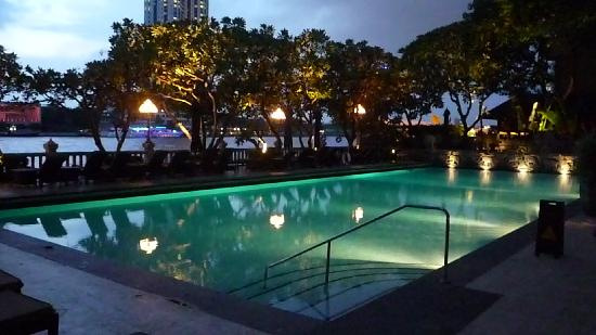 Shangri-La Hotel,Bangkok: Krungthep pool in the early evening