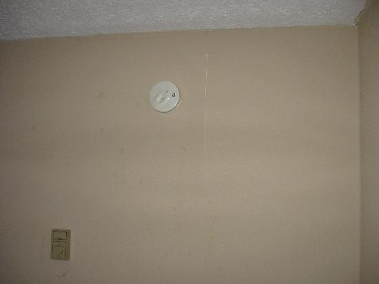 Days Inn Airport/Maine Mall : Dirty Wall #3