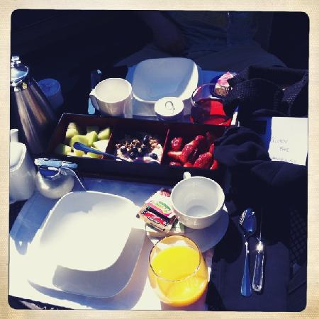The Platinum Pebble Boutique Inn : Breakfast on our private balcony