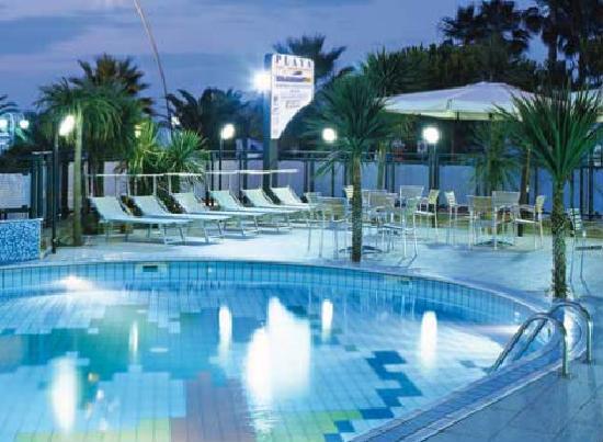 Residence Playa: La piscina di notte